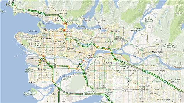 Construite à flanc de montagne sur une plaine bordant l'Océan, Vancouver n'a pas beaucoup d'espace à réserver aux autoroutes. Elles sont rares et on se déplace surtout sur les routes secondaires aux multiples feux de circulation.