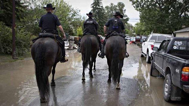 Des policiers de Calgary lors des inondations de juin 2013 dans le sud de l'Alberta