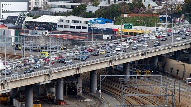 La circulación sufrió serias perturbaciones como consecuenica del temblor. Miles de personas tomaron sus autos para abandonar Wellington, la capital, por temor a nuevos temblores.