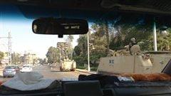 Des voitures blindées le long de la route à Héliopolis