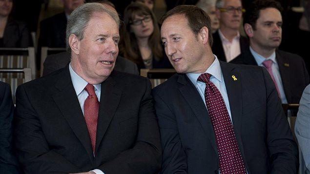 Le ministre Peter MacKay, le 14 juin 2013 en compagnie de James Irving de la compagnie pétrolière canadienne du même nom.