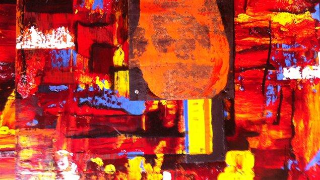 Las obras del artista, aunque sean hechas con pinturas desechadas de litografía, pedazos de objetos recogidos en la basura y otras cosas recicladas, no muestran a simple vista su origen material.