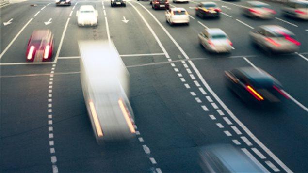 Des voitures roulent sur l'autoroute