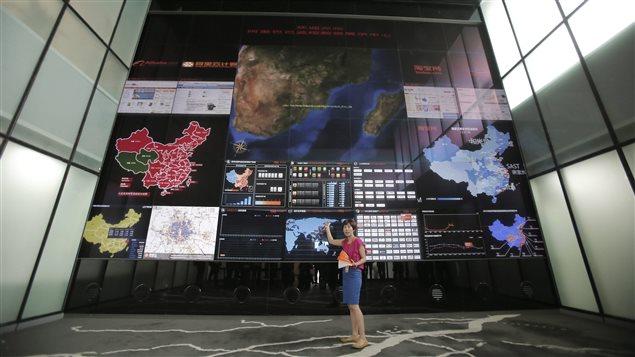 Une employée du géant local du commerce électronique Alibaba, basé en Chine.