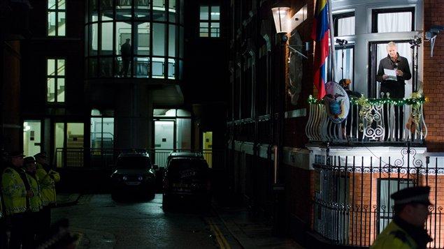 Julian Assange livre un message du balcon de l'ambassade de l'Équateur à Londres, où il est réfugié depuis juin 2012