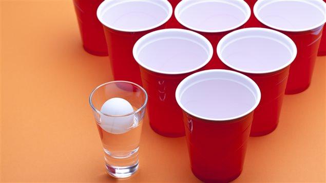 Les jeux pour boire, comme celui de la balle de ping-pong, sont très populaires lors des fêtes d'initiation universitaires.