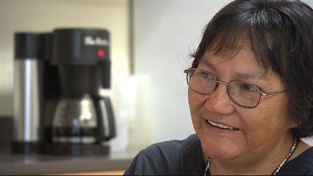 Agnes Harper, une résidente de la réserve autochtone St. Theresa Point, au Manitoba, accorde une entrevue le 28 août 2013 au sujet de l'arthrite rhumatoïde qui l'afflige depuis sa jeune trentaine, il y a 35 ans.