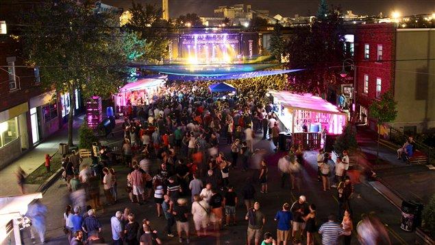 Une foule au centre-ville