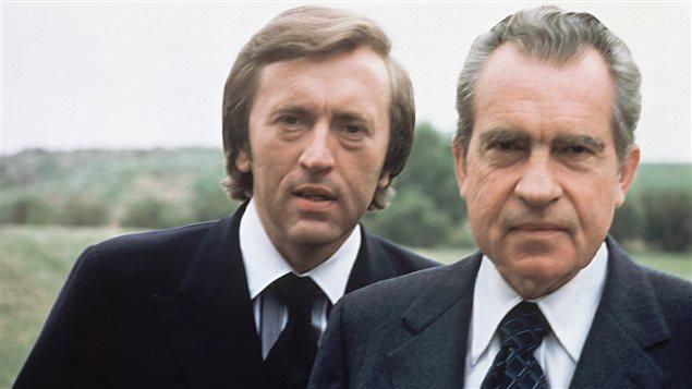 David Frost (gauche) accompagné de l'ex-président américain Richard Nixon en 1977