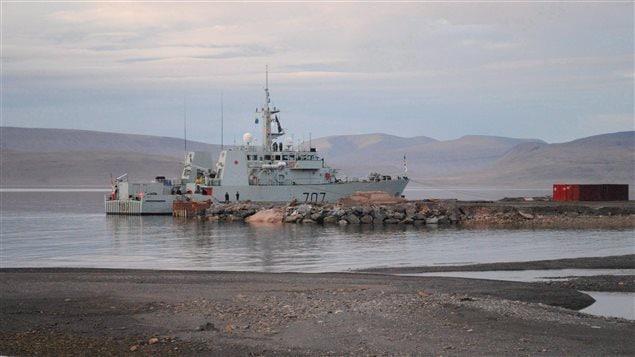 Le port de Nanisivik, au Nunavut, demeure sous le contrôle de Pêches et Océans Canada, six ans après l'annonce du premier ministre canadien Stephen Harper pour la création d'une station de ravitaillement maritime.