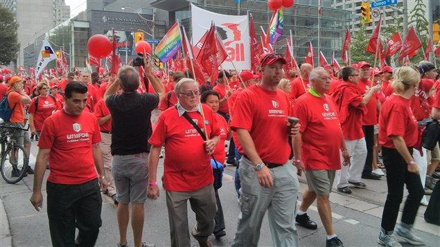 Des dizaines de membres du nouveau syndicat Unifor au défilé dimanche dernier de la fête du Travail à Toronto dans la province de l'Ontario.