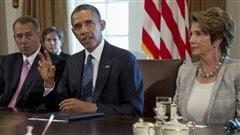 Le président Obama entouré du président de la Chambre des représentants, John Boehner, et de la leader de la minorité à la Chambre, la démocrate Nancy Pelosi.
