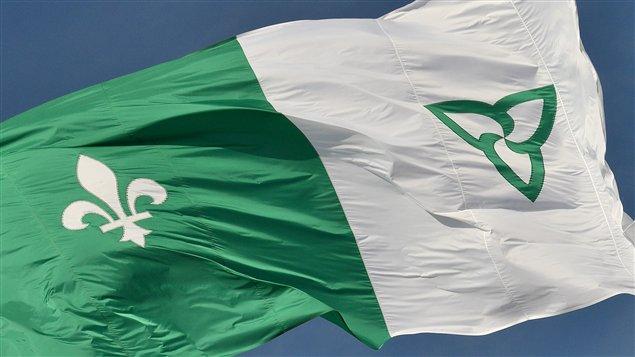 Le drapeau franco-ontarien flotte au vent.