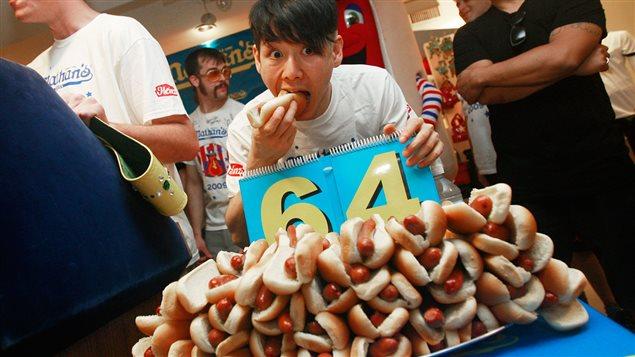 Takeru Kobayashi lors d'un concours de gloutonnerie se déroulant à New York, en 2009