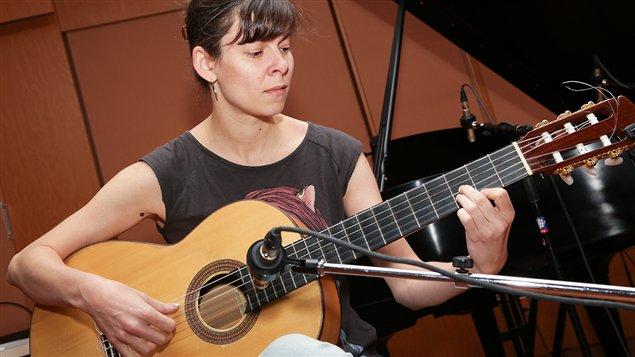 La guitariste de Caroline Planté