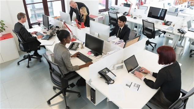 Des employés de bureau à l'oeuvre.