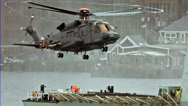 On procède à des tests de vol d'un hélicoptère cyclone dans le port de Halifax au Canada en avril 2010.
