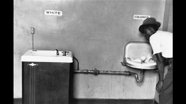 « Les fontaines à eau de la ségrégation », une photographie d'Elliott Erwitt