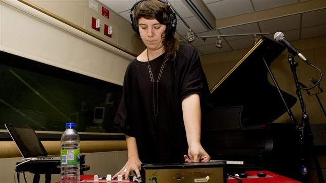 La chanteuse et musicienne électronique Marie-Hélène Delors, alias Foxtrott.