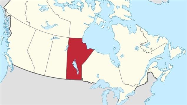 La province du Manitoba en rouge est située entre la province de la Saskachewan à la gauche et la province de l'Ontario à la droite.