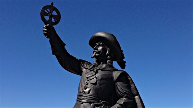 La statue de Samuel de Champlain à Ottawa, derrière le Musée des Beaux-Arts du Canada.