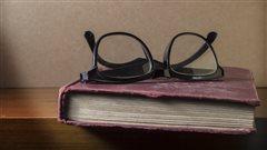 Une paire de lunettes sur un livre