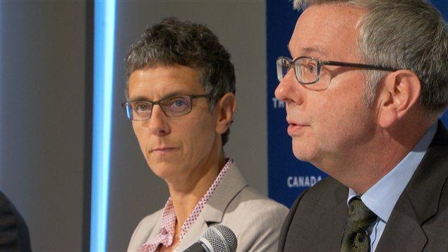 La vice présidente responsable des étudiants Louise Cowen et le président de UBC Stephen Toope en conférence de presse.