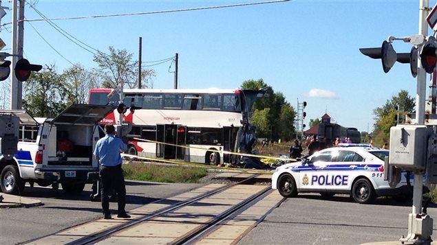 Sur la scène de la collision de la semaine dernière survenue à un passage à niveau.