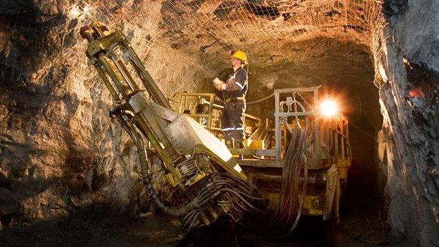 En 2015, l'industrie minière avait généré plusieurs milliers d'emplois directs au Canada et demeurait le principal employeur privé de Canadiens autochtones. Il faut aussi compter 190 000 emplois indirects et plus de 3 700 entreprises qui fournissaient des biens et des services à l'industrie minière canadienne.