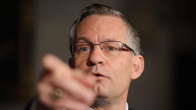 Le ministre du Commerce international, Ed Fast, affirme que les étudiants étrangers ne prendront pas la place des étudiants canadiens, une crainte persistante au sein de la population.