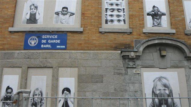 Façade de l'école contaminée avec des photos des jeunes élèves