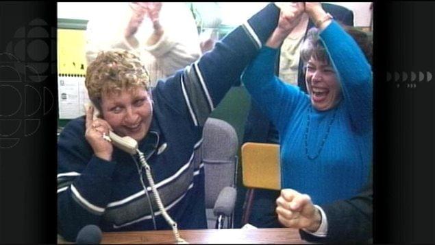 Noëlla Arsenaut-Cameron reçoit l'appel, le 13 janvier 2000, lui annonçant sa victoire en Cour suprême du Canada contre le gouvernement de l'Île-du-Prince-Édouard, pour la création d'une nouvelle école francophone à Summerside.