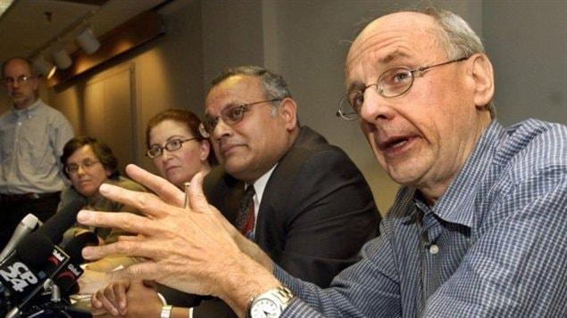 Le docteur Donald Low, le 22 mai 2003, lors d'une conférence de presse au sujet de l'épidémie de SRAS.