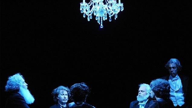 Une image tirée du spectacle <em> Jeux de cartes 2 : CŒUR</em> de Robert Lepage.