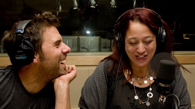 Les comédiens Bruno Marcil et Marie-Josée Bastien interprétant des extraits de l'émission <i>Occupation double</i>.