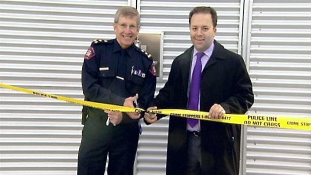 Le chef de police de Calgary (à la gauche) veut que les policiers puissent bientôt prélever automatiquement un échantillon d'ADN lors d'arrestations.
