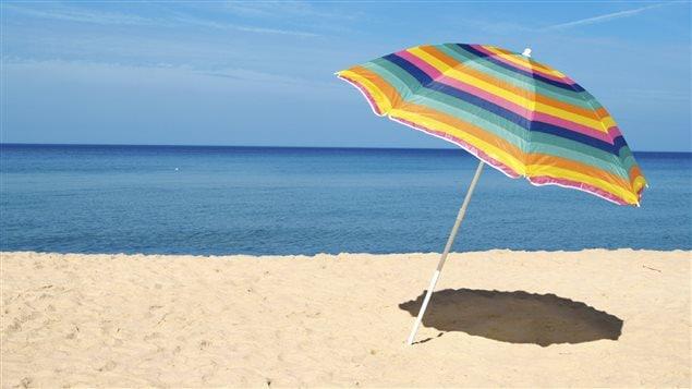 Un parasol sur une plage