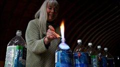 Jessica Ernst brûle de l'eau contenant du méthane extraite d'un puits chez elle