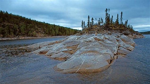 Une portion du Bouclier remonte à la surface de l'eau dans un lac pour former une petite île.
