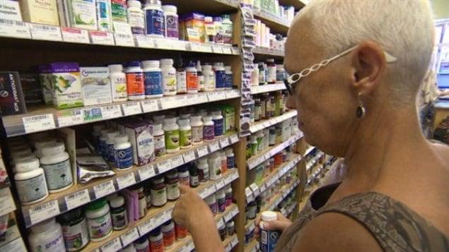 Des médicaments à base de plante dans un commerce canadien.