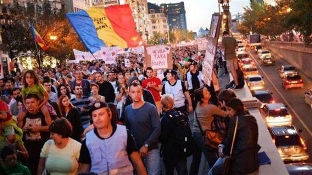 Les Roumains manifestent contre un projet minier canadien.