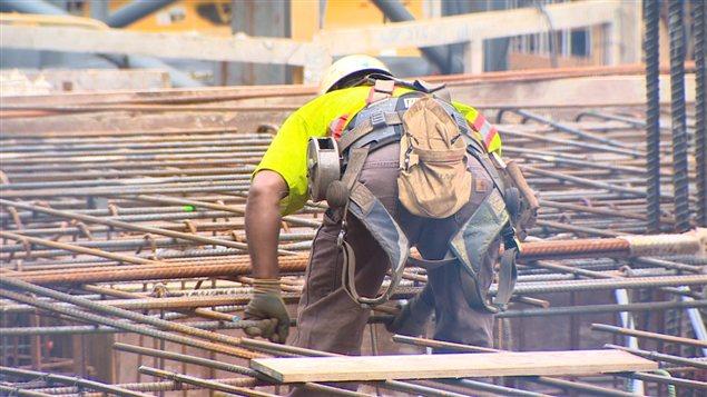 عامل بناء في إحدى ورش فانكوفر في غرب كندا (أرشيف)