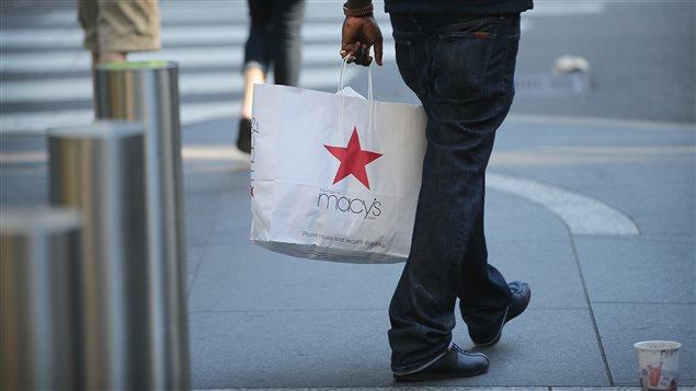 Client avec un sac Macy's