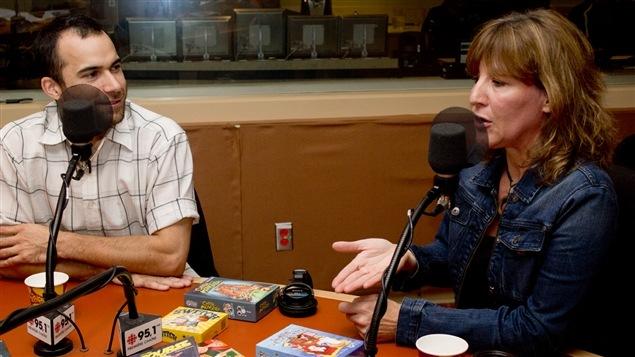 Christian Lemay, fondateur des éditions Le scorpion masqué, et Catherine Goldschmidt, présidente des Trois Lys. Devant eux : quelques jeux parus aux éditions Le scorpion masqué.