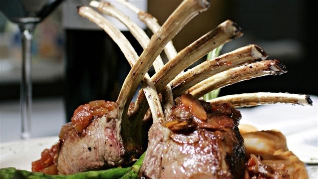 Une décadente assiette de côtelettes d'agneau.