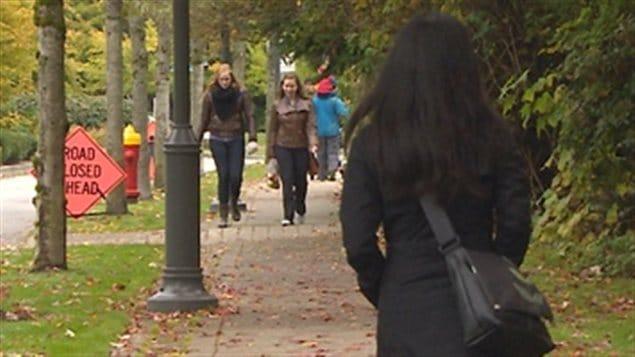 Des passants sur le campus de l'Université de la Colombie-Britannique