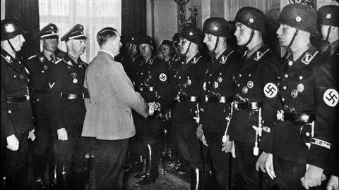 Adolf Hitler serrant la main à de jeunes soldats allemands à Berlin