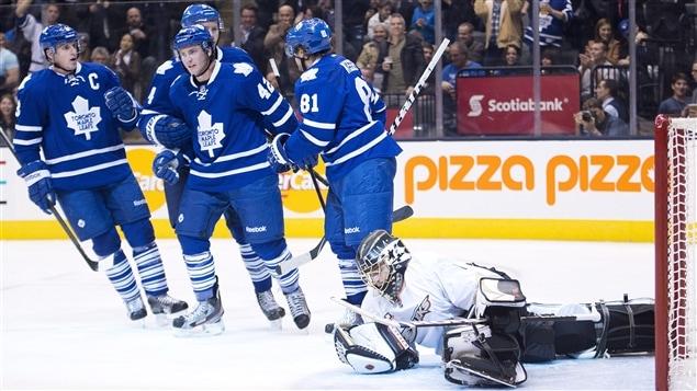 Les Maple Leafs de Toronto célèbrent un but de Phil Kessel