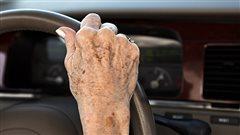 Une aînée conduit une voiture.