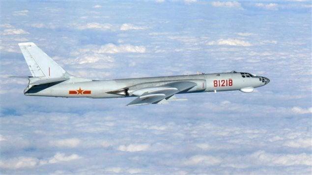 Un avion chinois survolant la r�gion pr�s des �les d�Okinawa, le 26 octobre.